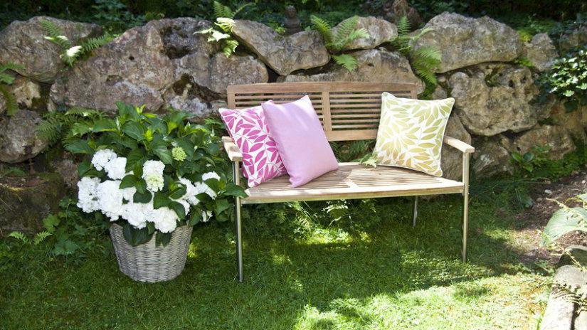 stylová kovová zahradní lavice