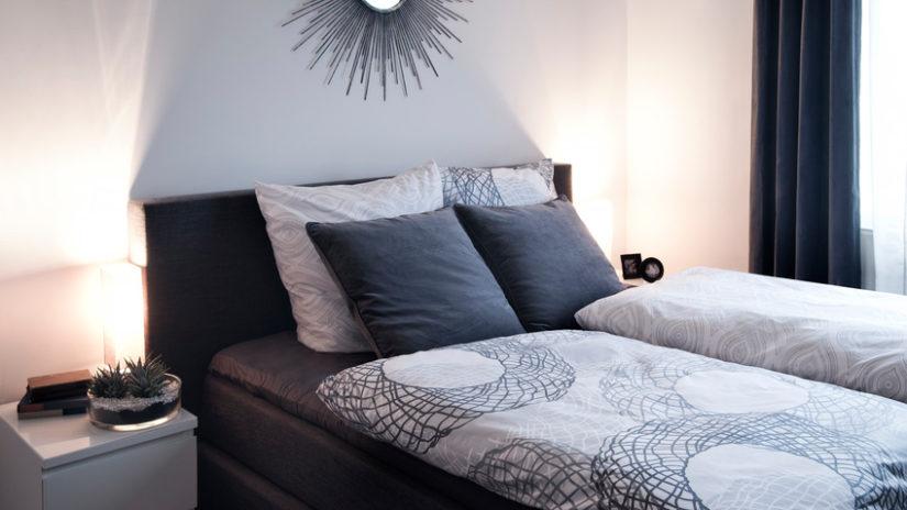 černá funkční postel