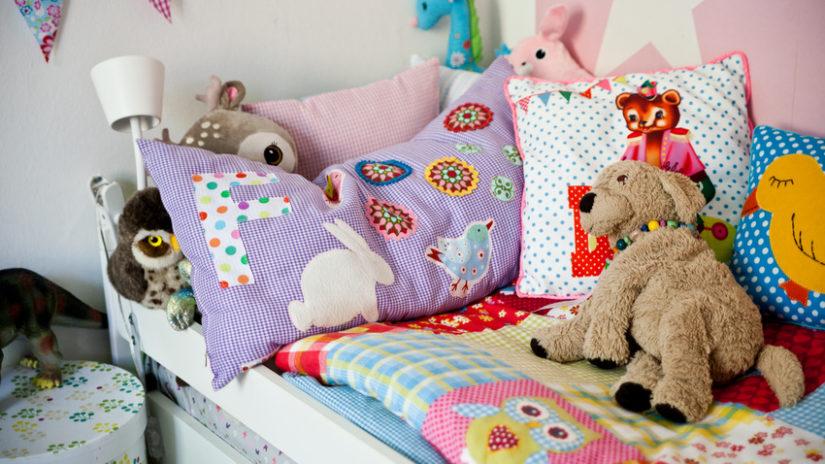 barevná funkční postel