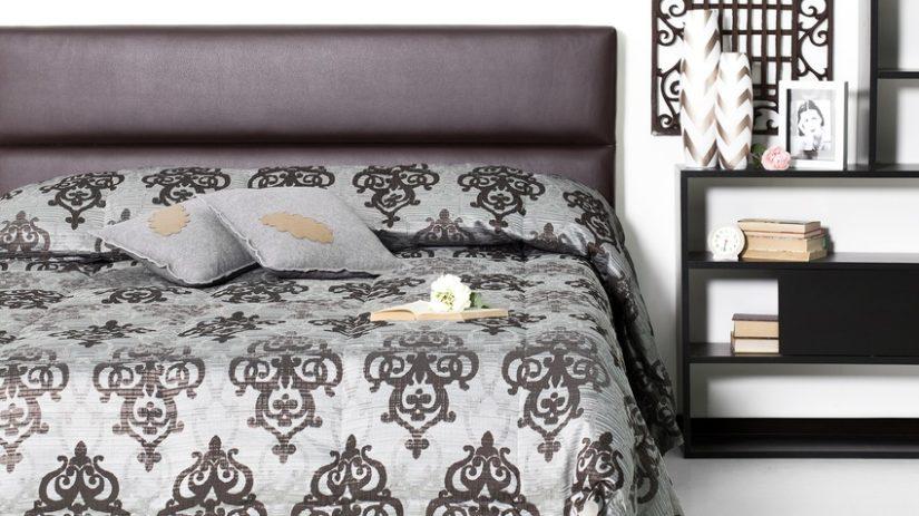 černá americká postel