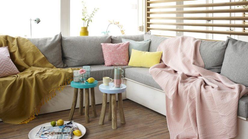 rozkládací pohovka s úložným prostorem a polštáři