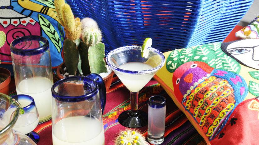 sklenice na smoothie s modrým okrajem