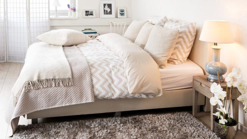 vlněná deka na posteli