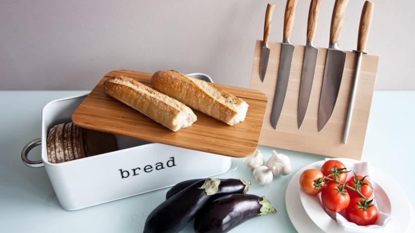 bílý starožitný chlebník