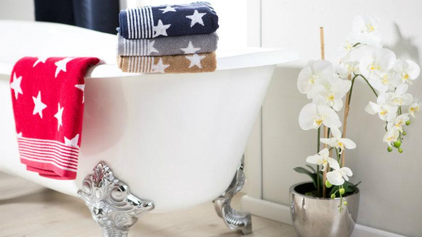 stříbrná podlahová váza v koupelně