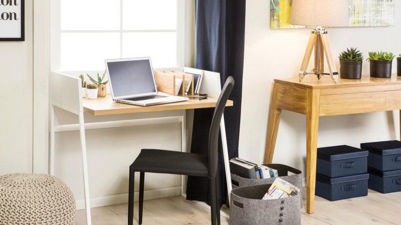malý počítačový stůl