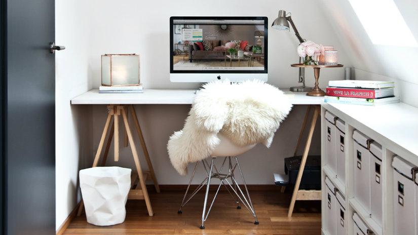 bílý počítačový stůl