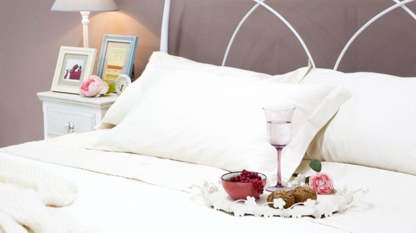 romantická kovová postel