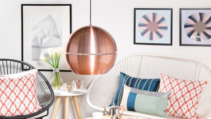 závěsné měděné svítidlo v obývacím pokoji