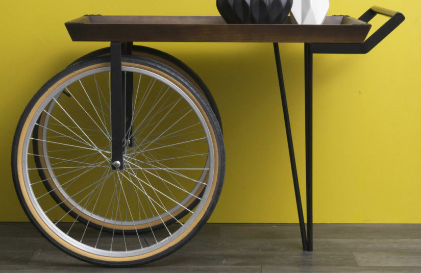 moderní odkládací stolek na kolečkách