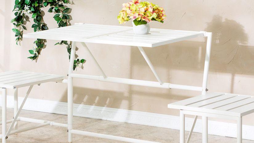 bílý kovový zahradní stůl