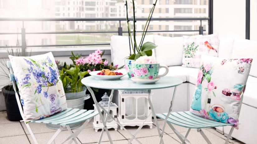 modrý kovový zahradní stůl