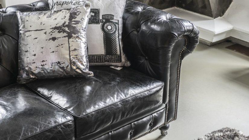 černá retro pohovka