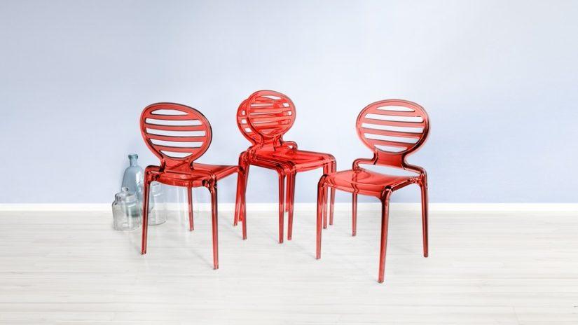 červené stohovatelné židle