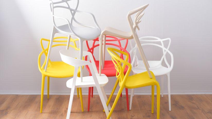 barevné stohovatelné židle