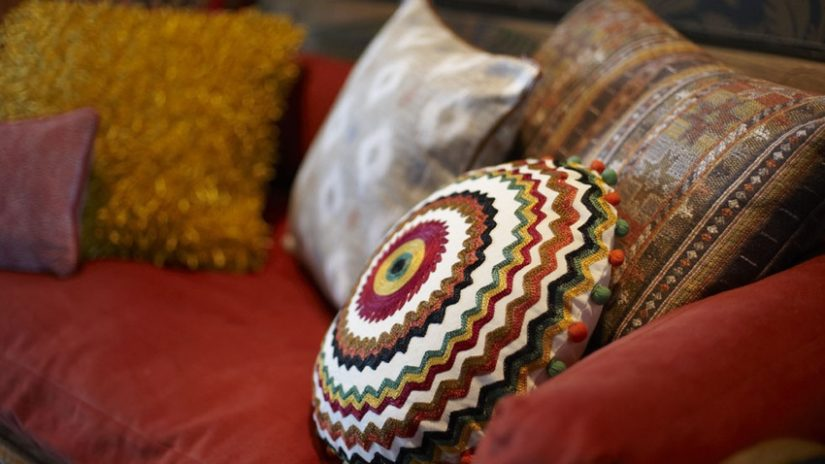 barevný kulatý polštář