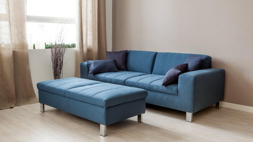 moderní modrá pohovka