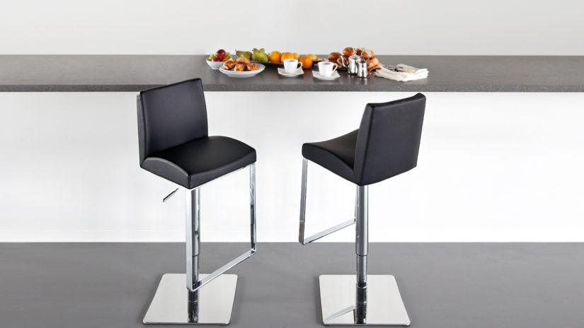černá kožená jídelní židle