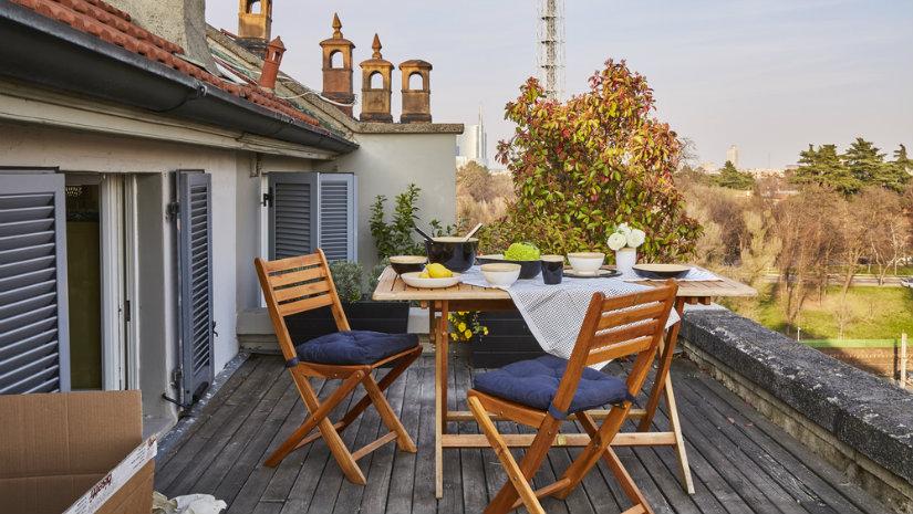 dřevěný zahradní stůl na terase
