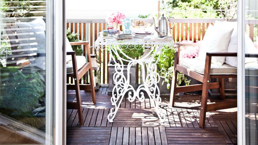 vintage kovový balkonový stůl