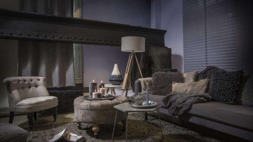šedé kožešinové polštáře v obývacím pokoji