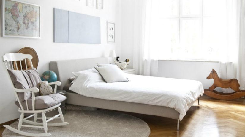 minimalistická šedá postel