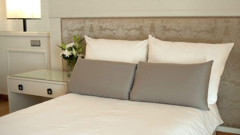 stylová šedá postel