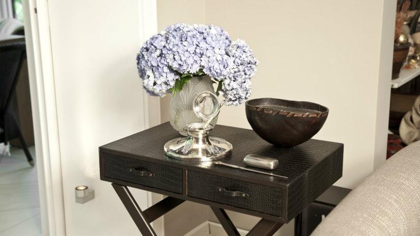 elegantní černý konferenční stolek