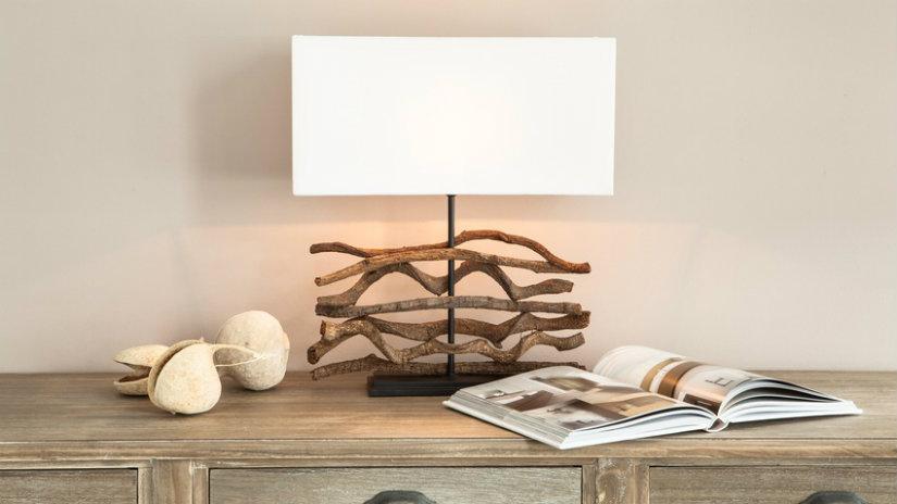 dekorace z naplaveného dřeva na lampě