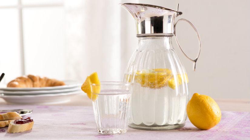 skleněný džbán na vodu s citronem