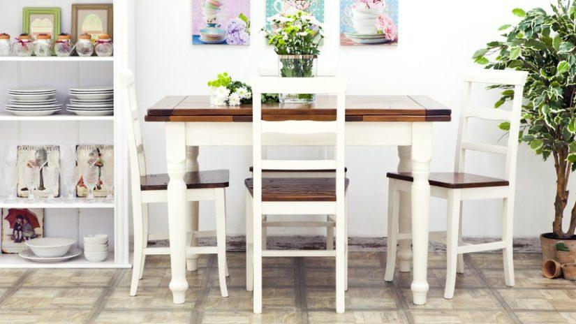 dřevěný čtvercový jídelní stůl