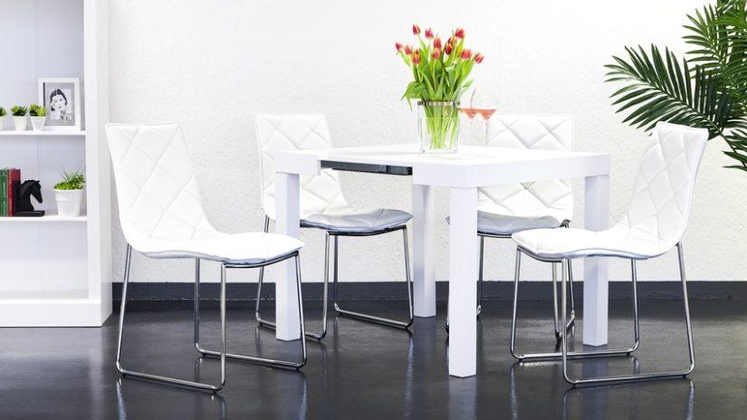 bílý čtvercový jídelní stůl