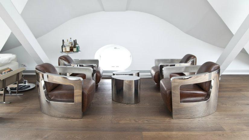 stříbrný designový stolek