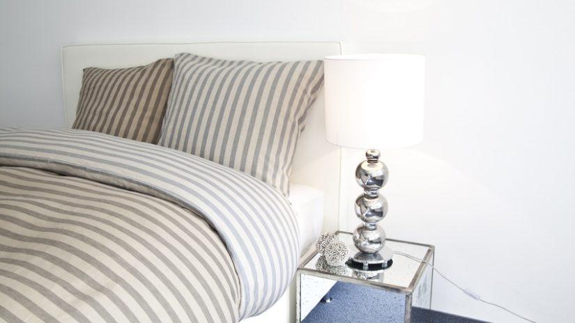 béžová francouzská postel