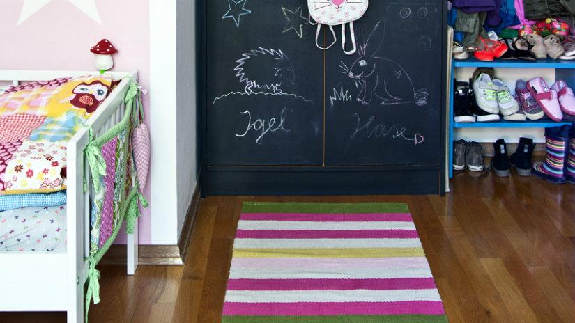 pruhovaný hrací koberec