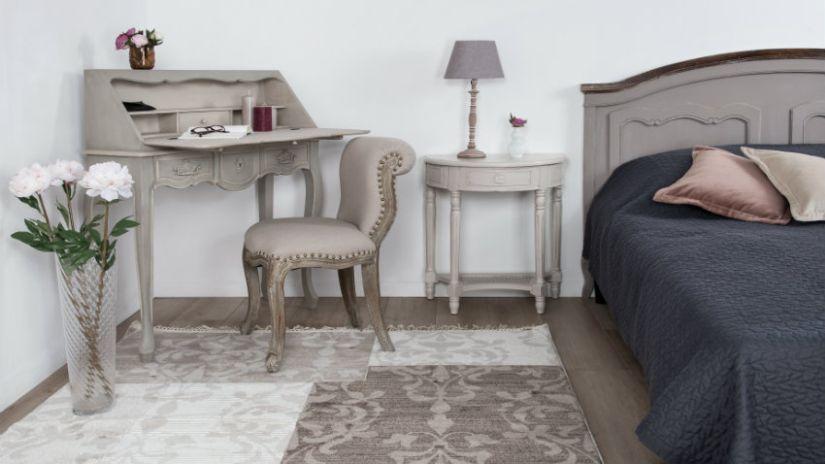 vzorovaný šedý koberec