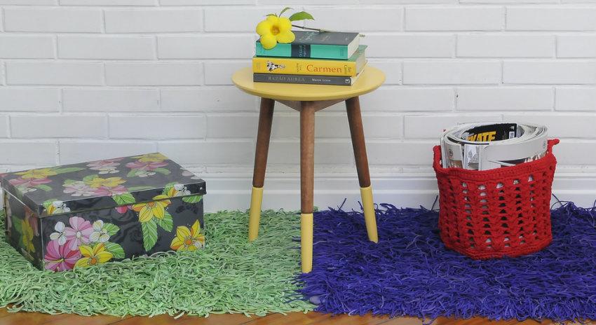 zelený koberec s vysokým vlasem