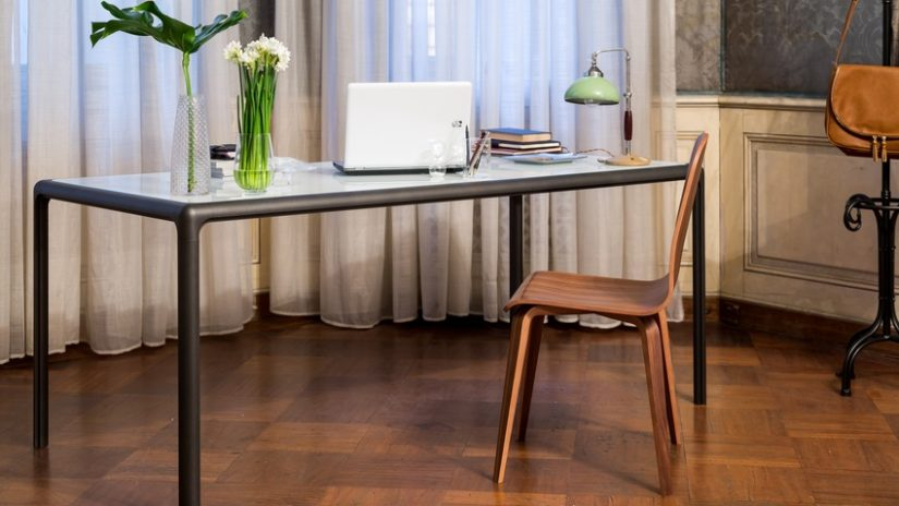 dřevěná židle v pracovně