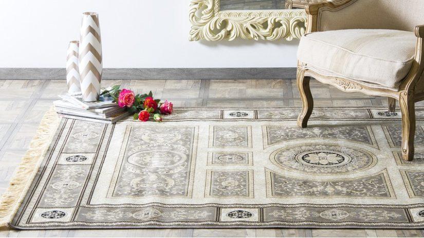 šedý orientální koberec