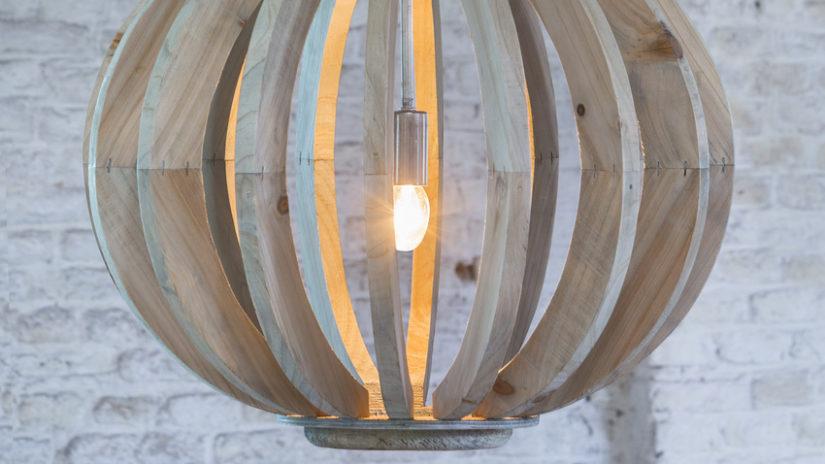 velký dřevěný lustr