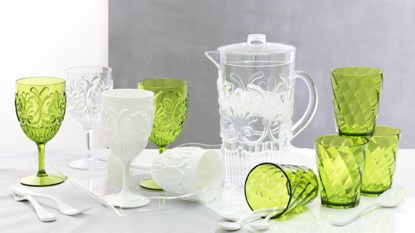 barevná plastová sklenice na víno
