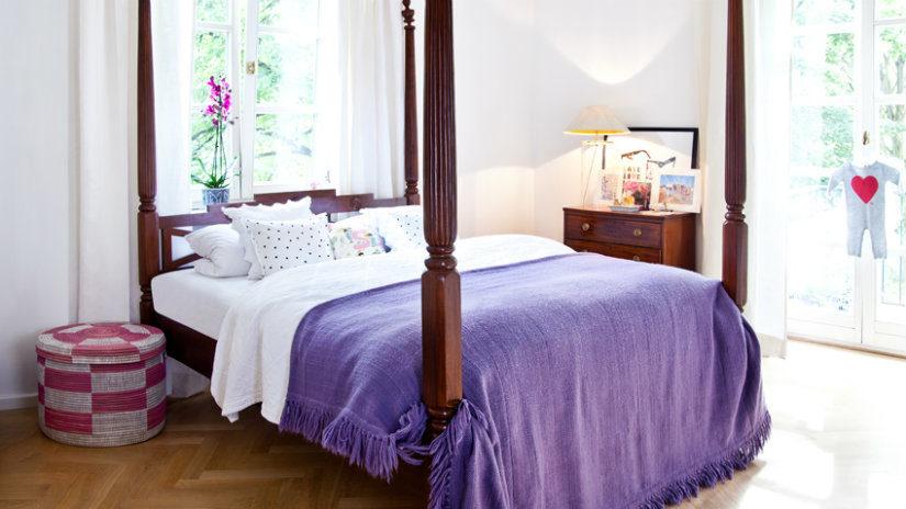 fialová postel s nebesy