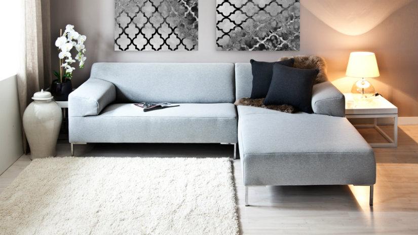vysoký bílý koberec