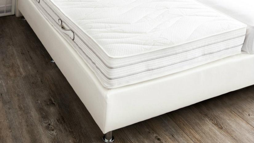 bílý chránič matrace