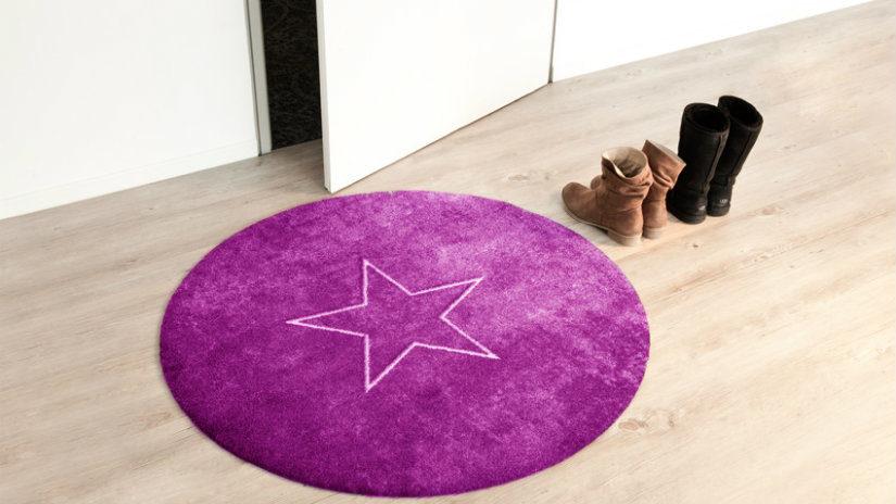 fialový kulatý koberec
