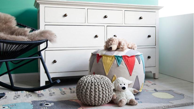 světlý hrací koberec