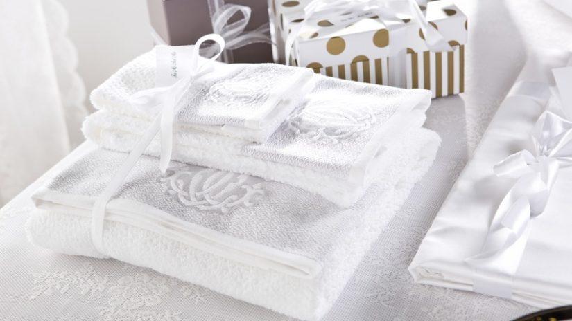 bílé froté ručníky