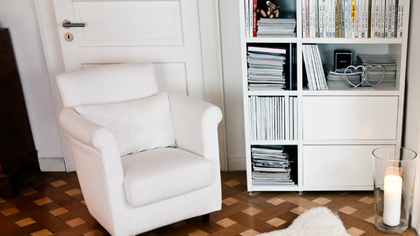 elegantní bílá knihovna