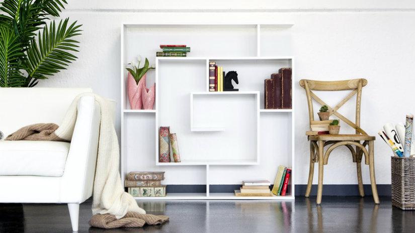 bílá police na knihy