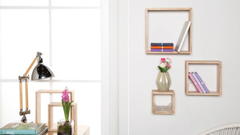 dřevěná police na knihy